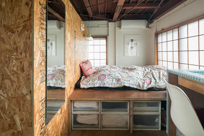 布団の下を収納に。左はOSB合板で仕切ったウォークインクロゼット。障子を開ければ見晴らしのいい景色が広がる。