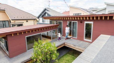 屋根にぐるりとデッキがめぐる子どもにも大人にも楽しい家