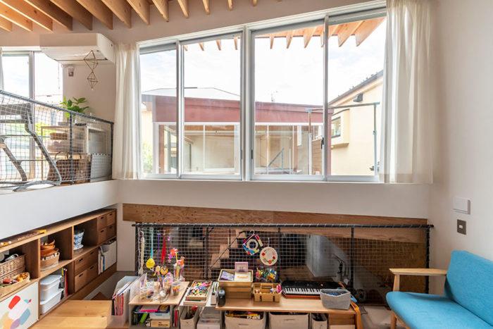大きな開口を通して畳のスペースのある棟を見る。