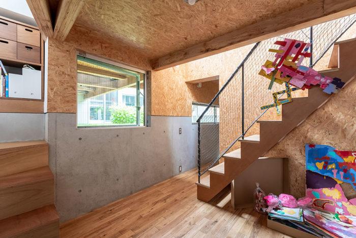 子ども部屋から畳のスペースに上る階段を見る。