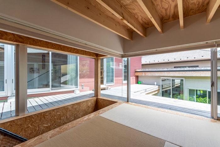 畳のスペースからもデッキへと直接出ることができる。天井はぐっと低くしており、梁まで〇cm。子どもたちは階段から上ったりデッキから入ってきたりとこのスペースを秘密基地のような感覚で楽しんでいるという。