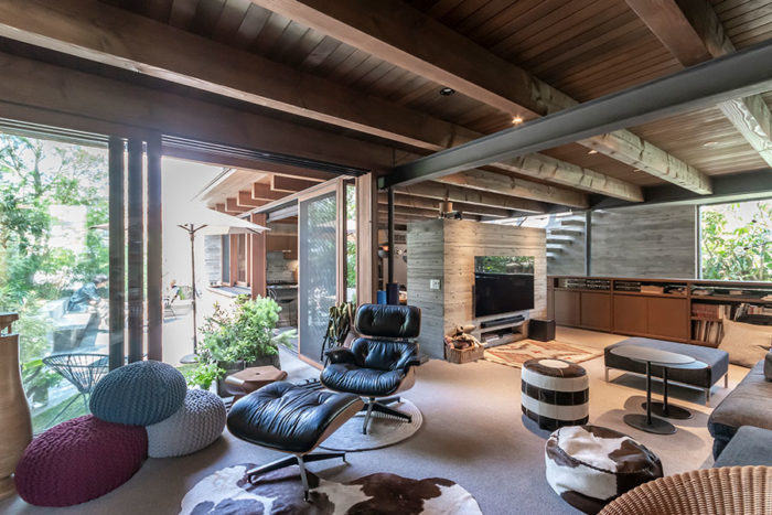 1階のリビング。テラスの右手にダイニング・キッチンがある。西海岸の空気感も感じられる室内の素材は素朴で素材感の感じられるものが選ばれ、また、さまざまな素材を使いながらも全体としての調和が図られた。