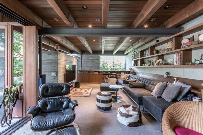 1階リビング。左手にテラス、奥には階段室がある。ベイマツの梁とスチール梁との組み合わせ・対比がデザイン的にとてもうまくきいている。