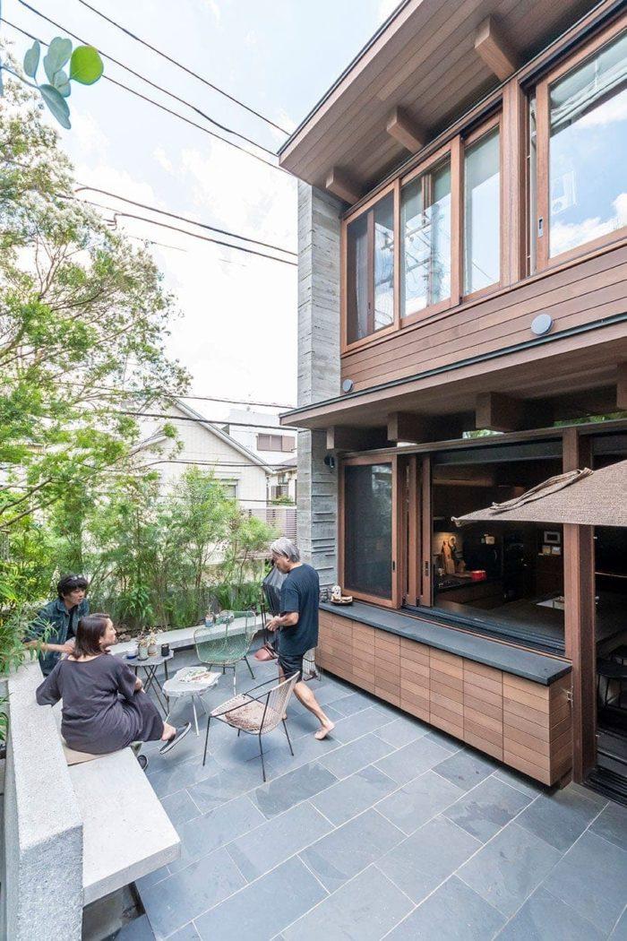 井上さん(左)とK夫妻。緑に囲まれたテラスでの集まりは自然と話が弾む。