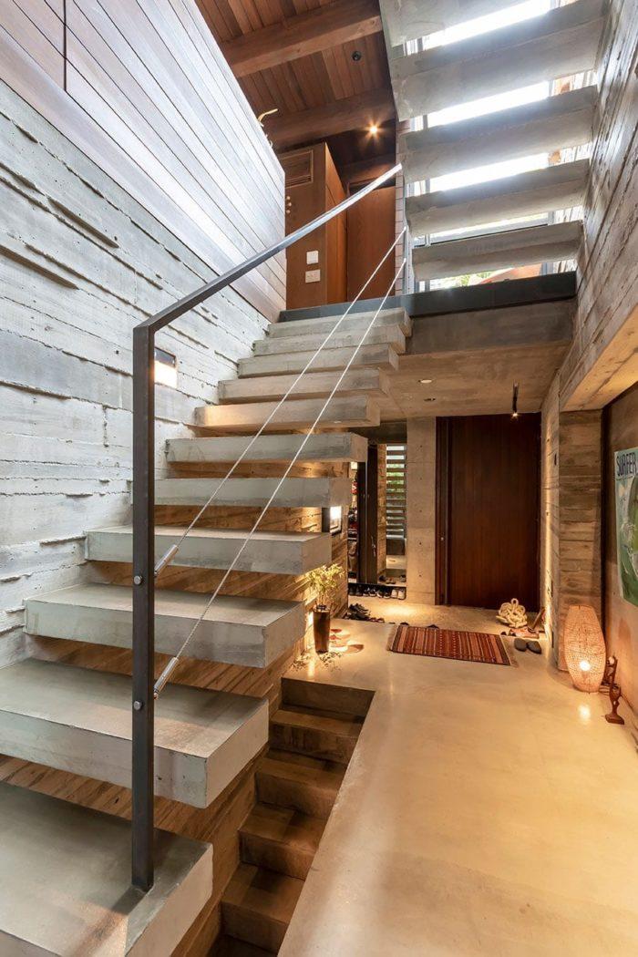 正面が玄関、左手にガレージがある。階段の厚みは「もう少しシャープにしたい」というKさんの希望で少し薄くした。
