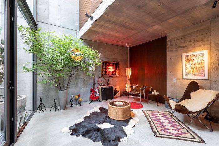 夜にはネオン管を使ったアート作品で「すごく色気のある空間になる」という地下1階奥のギャラリースペース。「ここでお茶を飲みながら話をしてから1階に上がってまた違う空間を楽しんでもらう」というストーリーも考えられたという。