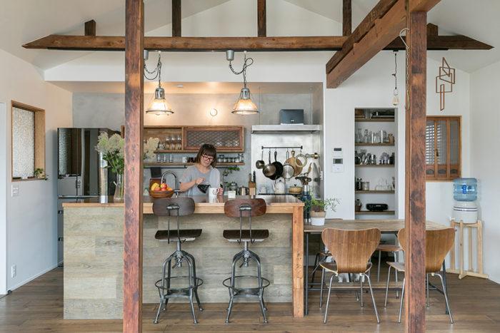 キッチンは2階に。三角屋根がかわいい。アイランドカウンターの腰板の面材はヴィンテージオーク。