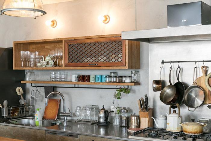 キッチンの戸袋には古い家の建具をリメイクして使っている。調理道具や食器は、料理上手なイアンさんがセレクトしたものが多いそう。