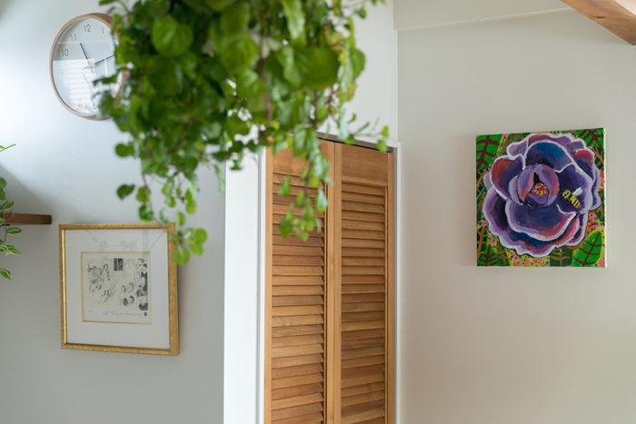右はあおちゃんが描いたアクリル画。「元気が出る色合いの花に、ミツバチがとまっています。とても気に入ってます」。左側はお母さまにもらったフジコ・ヘミングの作品。