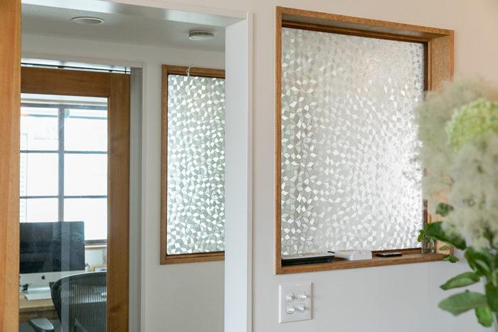 2階のリビングと書斎の間の室内窓には、対で古いガラスを入れた。