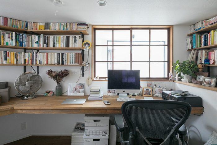 書斎の窓は、吹き抜けをはさんで眺めの良い通路側に面している。