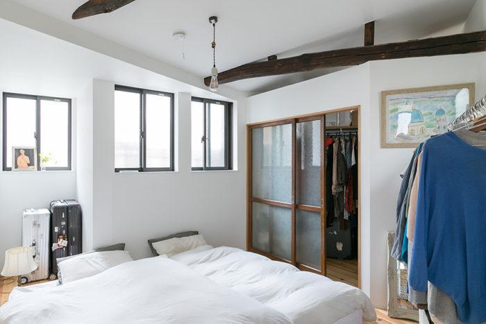 寝室の奥はウォーキングクローゼットに。引き戸には古いガラス戸を。天井の古い梁がとてもよい雰囲気。