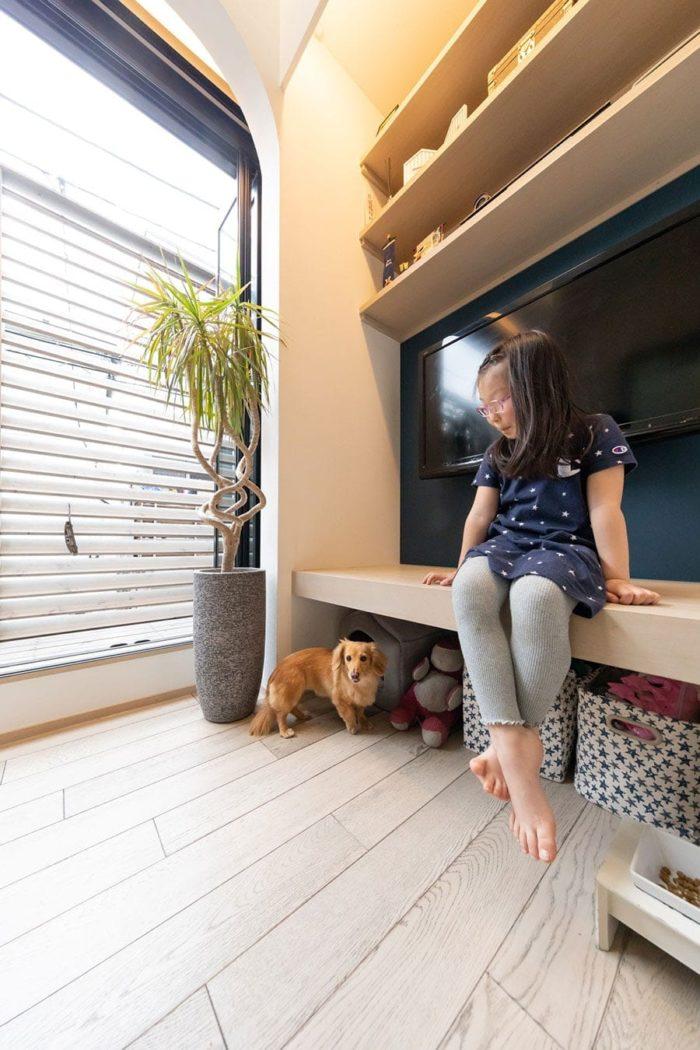 犬のハウスやオモチャを置くスペースをリクエスト。ピースちゃんのサイズに合わせて棚の高さを決定。ベンチとしても使用できるようにした。