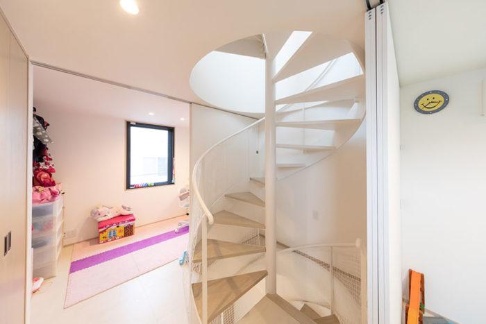 3階はキッズスペース。奥が長女の部屋、手前が長男の部屋。扉によって分けられるようになっている。螺旋階段を昇ってきた正面には、大きめの収納を確保。
