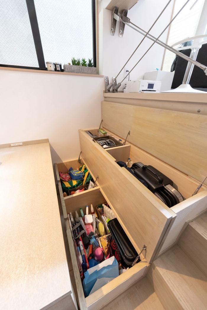 ベンチの中は収納に。毎日使うものを即収納できて便利だそう。