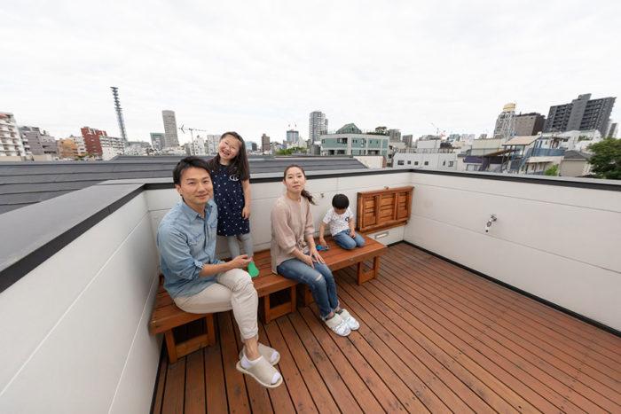360度眺望が楽しめる、気持ちのよい屋上テラス。ベンチは折りたたみ可能。