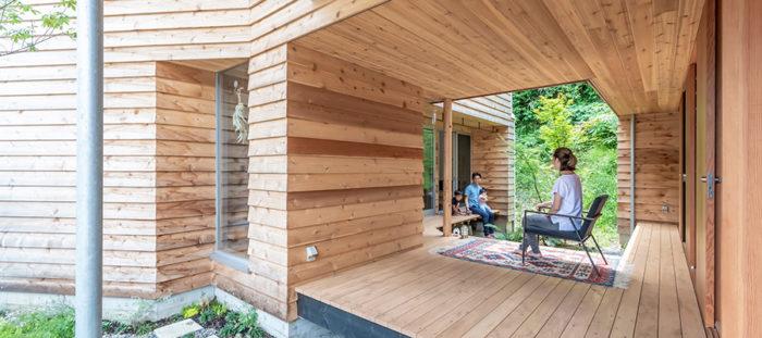 """縁側は""""外にある居間""""逗子の戸外感覚溢れる家で暮らす"""