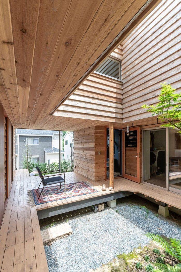 中庭側からエントランス方向を見る。真ん中のドアが開いた部分が玄関。その右手に水回り関係が並ぶ。