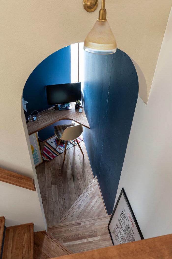 階段途中に作業のできる小スペースが設けられている。