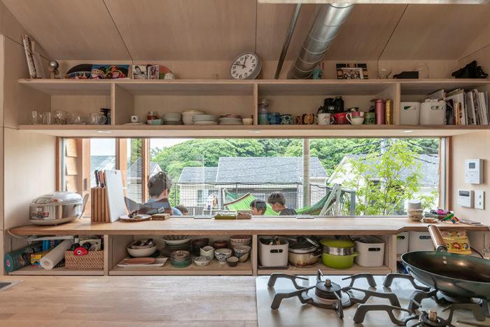 キッチンからも豊かな緑を眺めることができる。