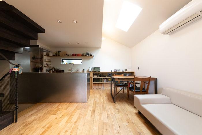 天井高も確保した開放感のあるLDK。キッチンから全体が見渡せる。
