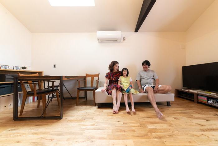 無垢のオークの床が心地いいリビングダイニング。照明はあまりつけず、自然光で暮らすのが好きだとか。