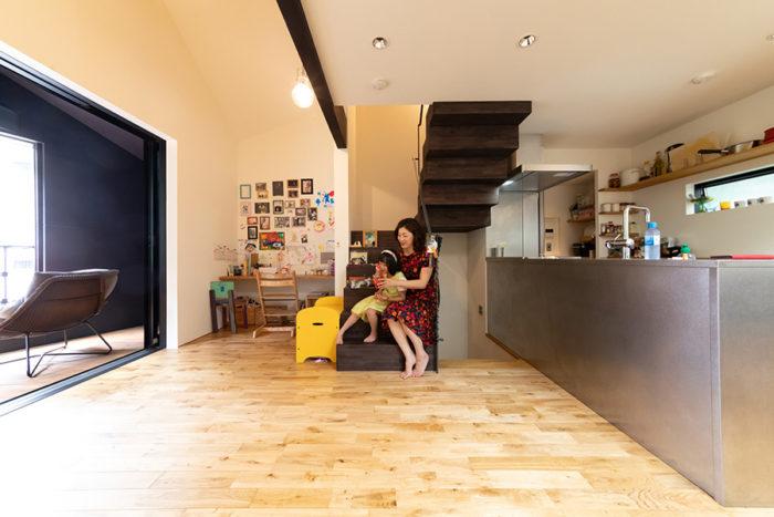 中央に階段を。キッチンからはリビングで遊ぶ長女はるねちゃんを見守ることもできる。