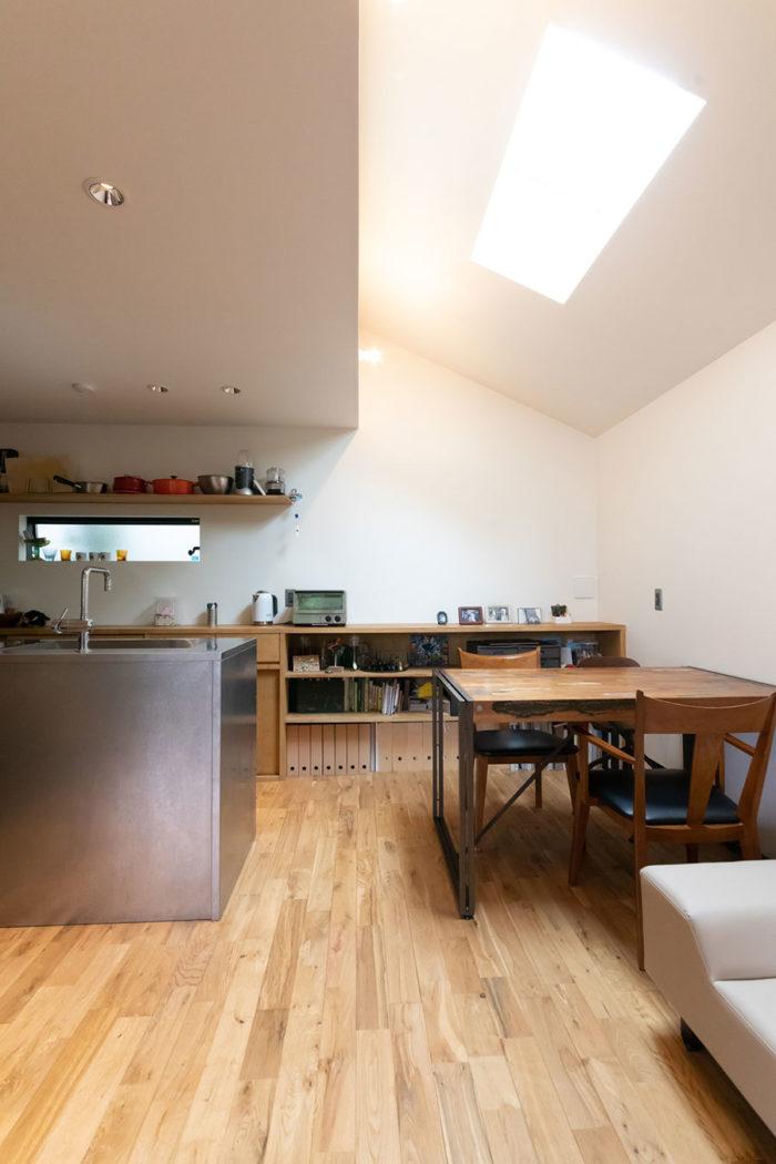 キッチンからつながった収納棚のダイニング側には、アルバムなどを収めている。