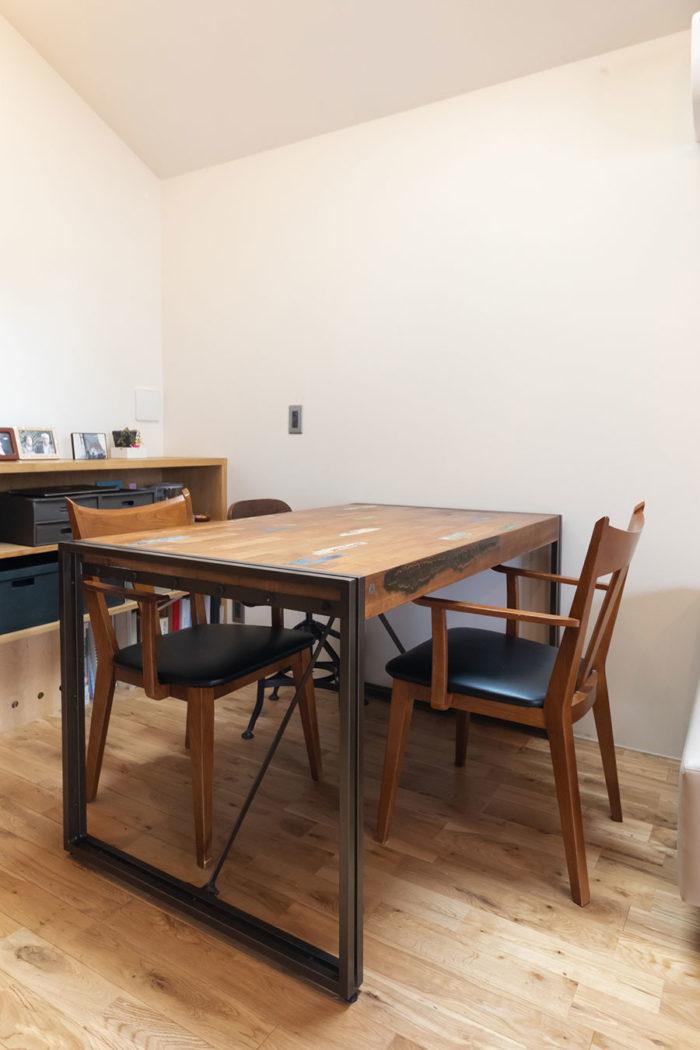 木と鉄骨の脚の組み合わせが、武骨な雰囲気のダイニングテーブル。