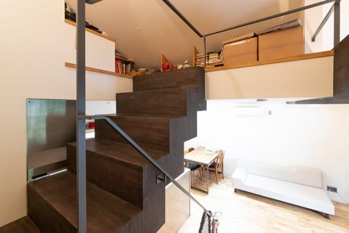 ロフトへ上がる階段は木製。アイアンの手すりが荒々しさを添える。