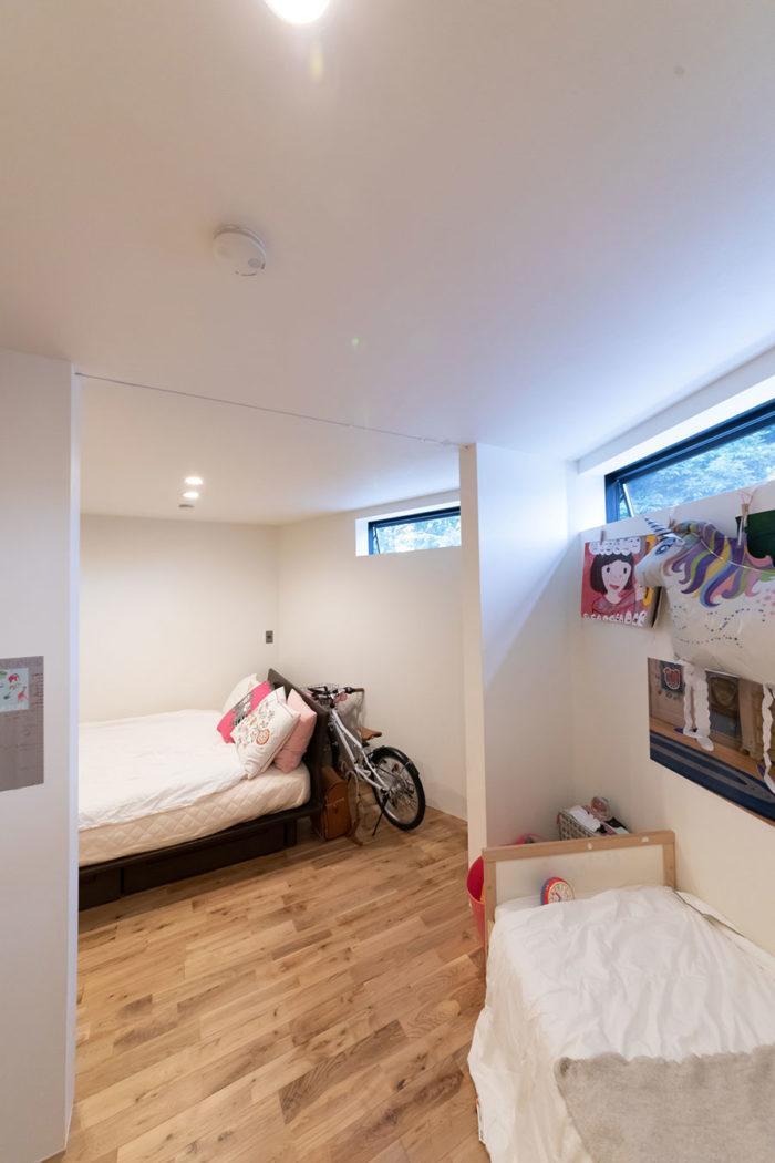 ベッドルームは横すべり出し窓に。明るくなりすぎずゆっくり眠れる。