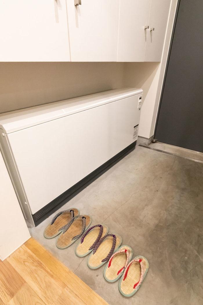 夜中に蓄熱する蓄熱暖房機を、玄関に設置。これ1台で冬も家中暖かい。