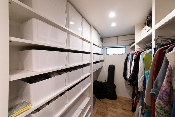 3畳の広さのあるウォークインクローゼット。家族3人の衣類をここに収納。