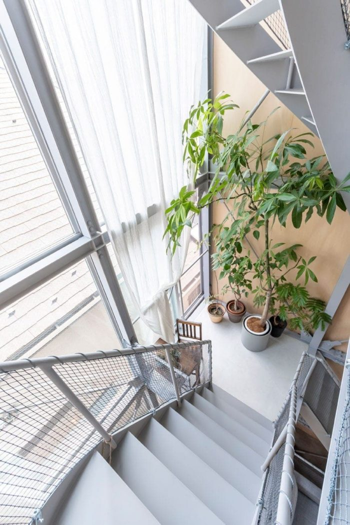 2階レベルにある踊り場を見下ろす。「チャーミングな場所」は家具や緑とのセットでつくられる。