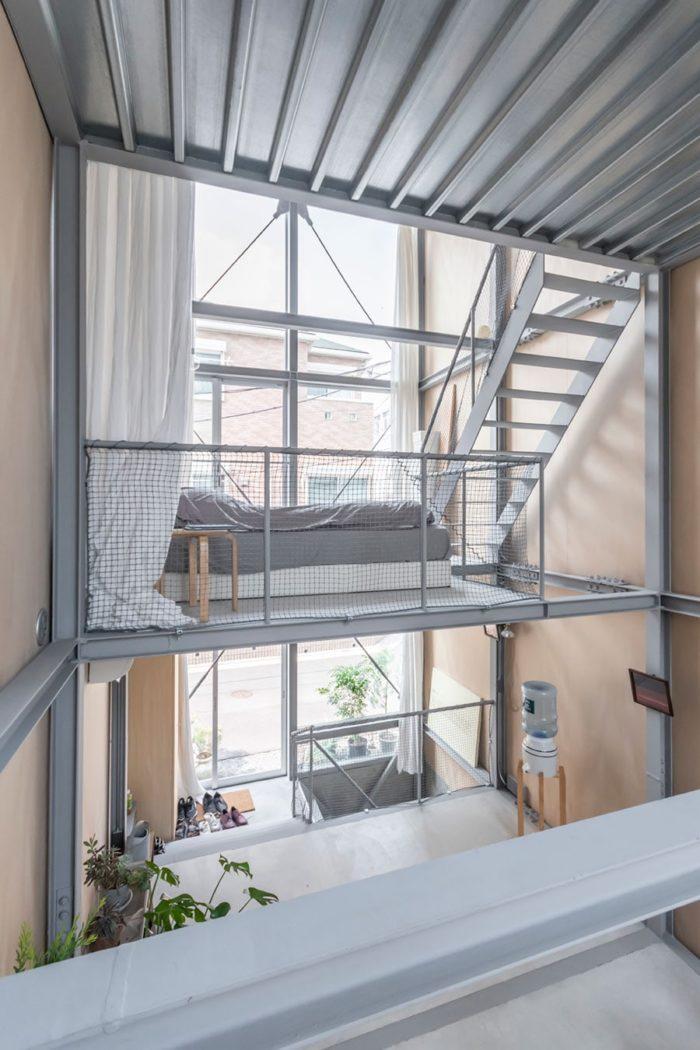 踊り場から同じ2階レベルにある寝室を見る。