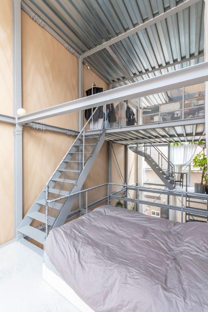 寝室の1層上は服や小物が置かれ洗面所もある多目的のスペース。