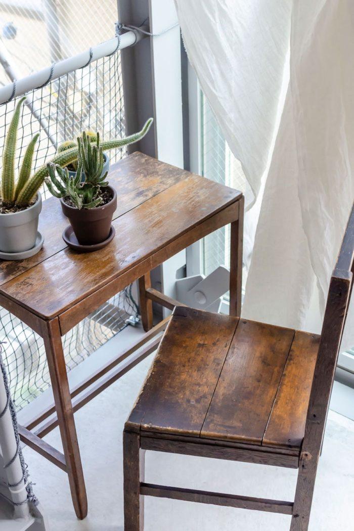 階段の踊り場に置かれた古い机とテーブルがチャーミングな雰囲気をつくり出している。
