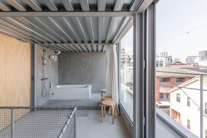 """「お風呂だろ、この家は」というKさんのお父様の""""鶴の一声""""でお風呂を最上階のペントハウスにつくることが決まったという。お風呂だけのシンプルなつくりが気持ちの良さをさらに増幅する。"""