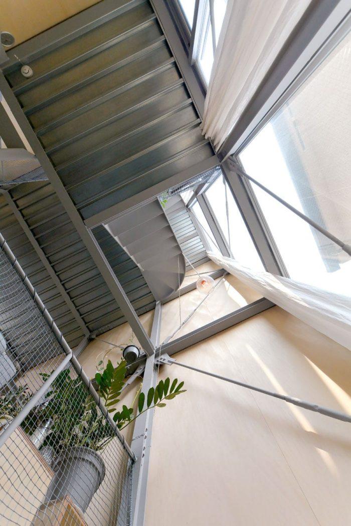 キッチン上の吹き抜け。ペントハウスの天井まで見える。