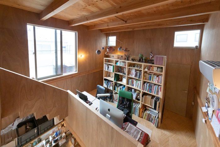 2階のワークスペース。中央の机と本棚を挟み、左右対照に設計されている。