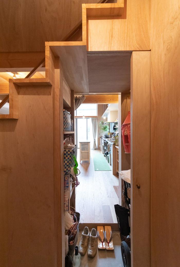 階段下を利用して土間の収納に。キッチンにも通り抜けられて動線がいい。