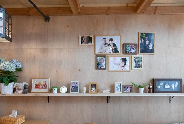 リビングの壁は、家族の思い出の写真を飾るコーナーに。これからどんどん増えて行く予定。
