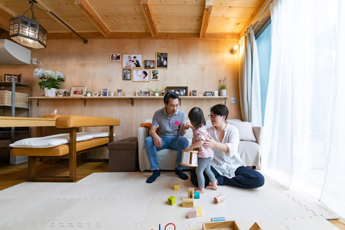 リビングで寛ぐ松島さん家族。外とつながるような開放感が心地よい。