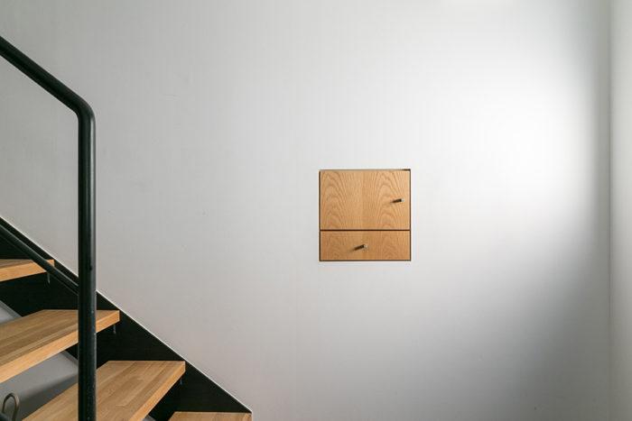 玄関脇に鍵などを収納できるBOXを作った。「家に帰ってきてここに鍵をしまう。出かけるときはここから持ち出す。動線を考えて、必要なものを考えました」