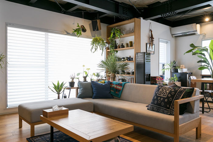 ソファやローテーブルはランドスケーププロダクツが制作。床材は無垢のオーク材のオイル仕上げ。