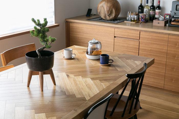 ダイニングテーブルもランドスケーププロダクツのオリジナル。天板は3階の書斎の床材に使ったヘリンボーンのオーク材。