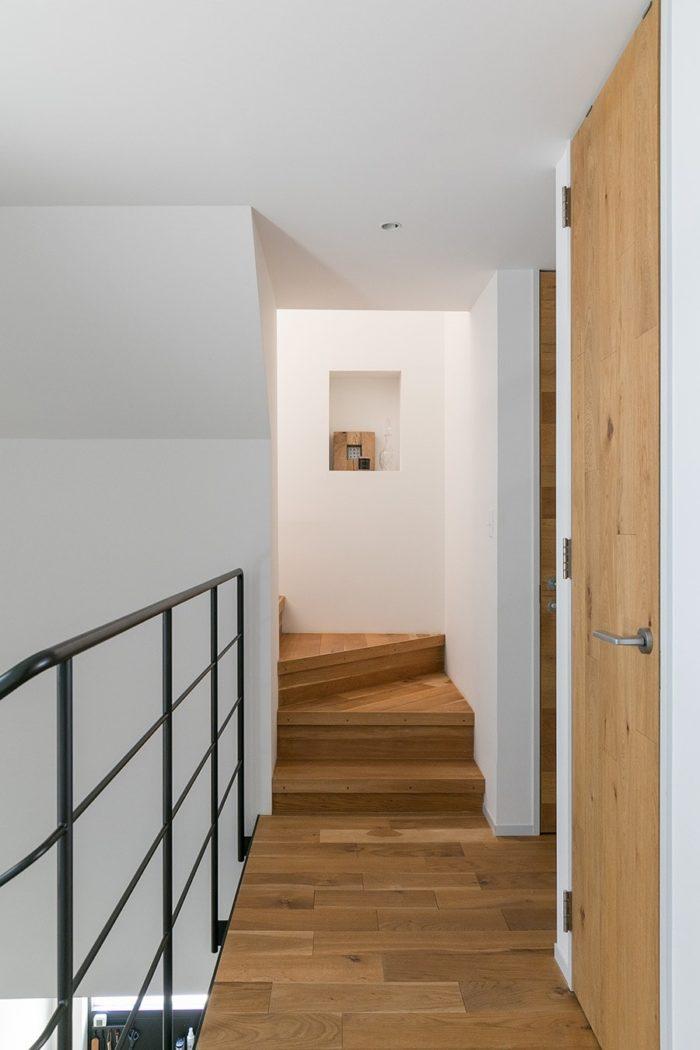 2階から3階への階段は既存のものを使った。