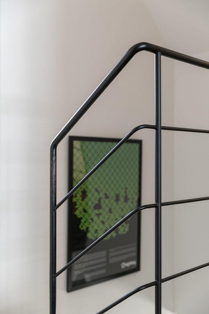 美しいデザインのアイアンの手摺り。玄関を1階に移動したので、1階から2階への階段は新設した。