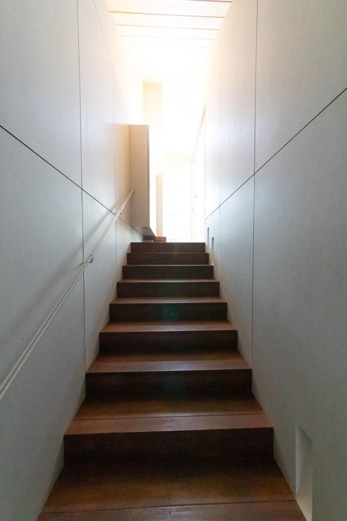 玄関を開けると、土足で上がれる階段がある。昇りきったところからアウトドアリビングに出ることがきでる。