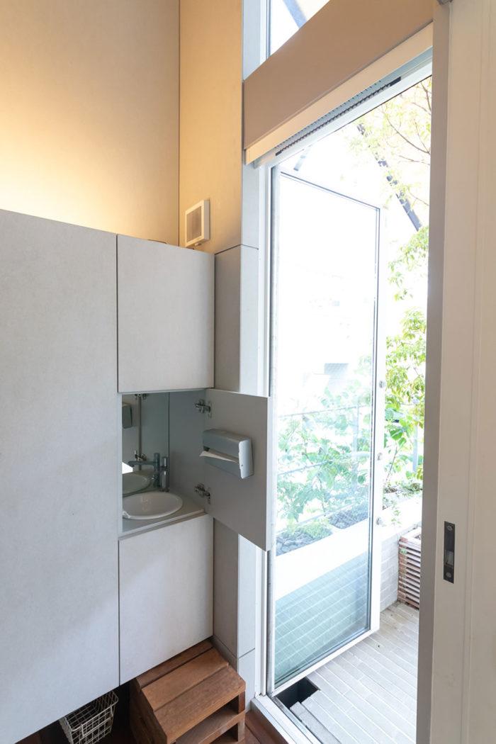 アウトドアリビングへの出入り口手前、階段脇にあるシューズクローゼット内に洗面台を設置。部屋に入る前に手が洗えて衛生的。